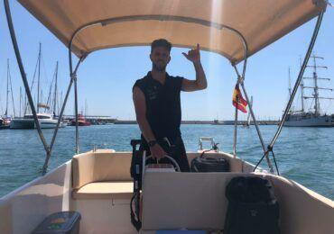 saludo en embarcación sin licencia